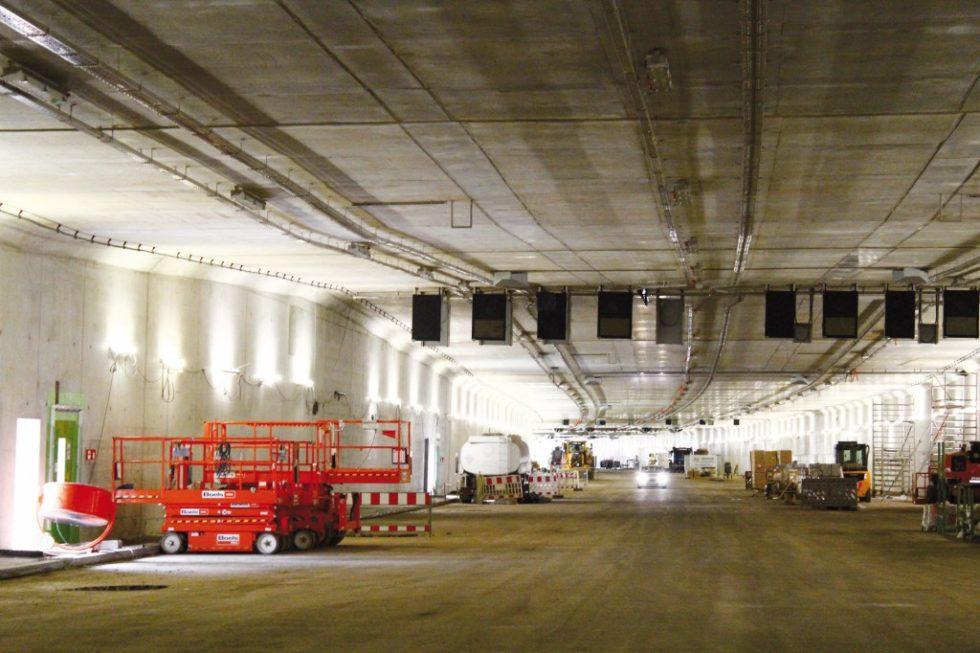 In beiden Röhren sind vier fahrsteigen, ein Verflechtungsstreifen, Seitenstreifen und Notgehwege angeordnet.