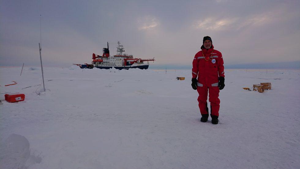 Forscher in der Arktis im Hintergrund Polarstern