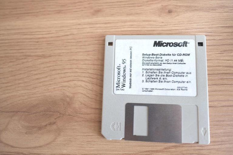 Nach 1990 Geborene stutzen womöglich bei diesem Anblick: In Laufwerk A einlegen? Windows 95 galt als Meilenstein – heute ist es eine antike Software. Foto: Peter Sieben