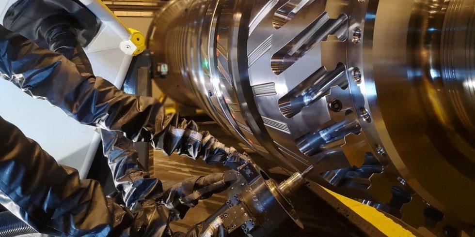 Mobille Werkzeugmaschine des Kooperationspartners Metrom bei der Bearbeitung einer Gasturbine: Durch einen Digitalen Fingerabruck wird künftig die Fernwartung von Maschinen bei erhöhter Datensicherheit möglich. Foto: Metrom