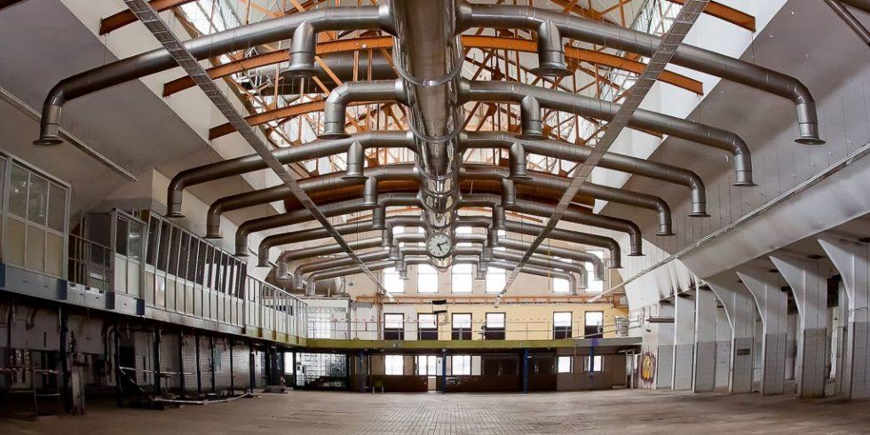 Leere Fabrikhalle: Was müssen Produktionsbetriebe, vor allem solche mit vielen Maschinen und Inventar, bei einem Umzug beachten? Foto: Rabe auf Pixabay