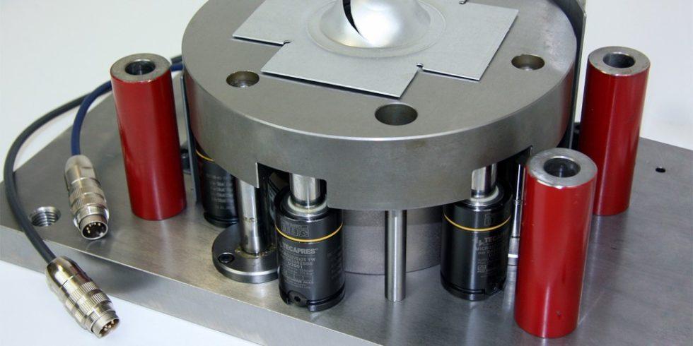In der Prüfmaschine drückt ein halbkugelförmiger Stempel das Werkstück bis zu einer definierten Tiefe ein. Die Analyse des Kraft-Weg-Verlaufs erlaubt detaillierte Rückschlüsse auf die Qualität des Materials. Foto: Fraunhofer IWU