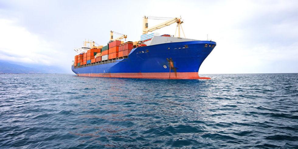 Schiff mit Fracht auf Ozean