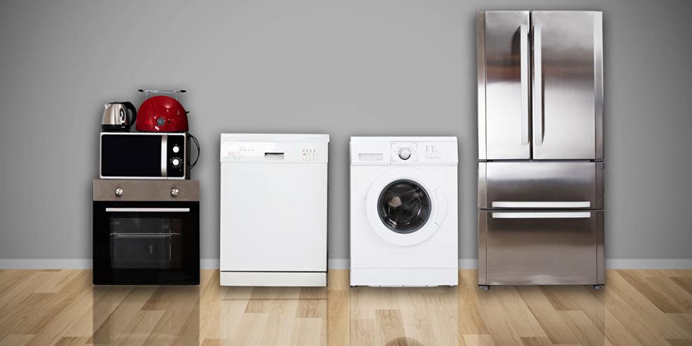 Waschmaschine, Kühlschrank und Herd stehen in einem Raum