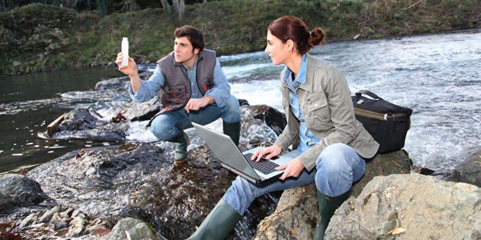 Umweltingenieur und Umweltingenieurin am Fluss