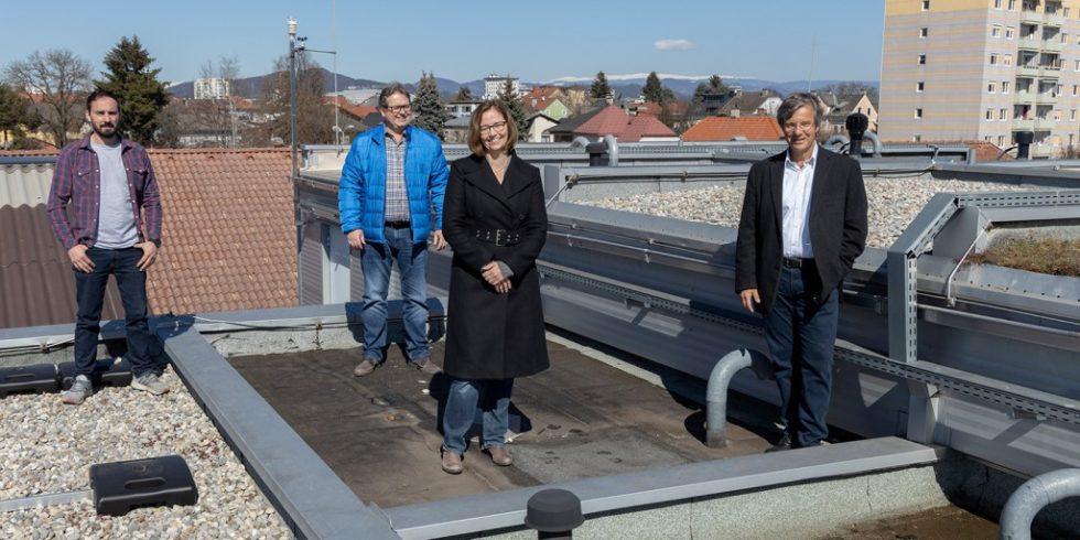 Auf dem Dach des Standorts in Klagenfurt ist ein Prüfstand eingerichtet. Die Projektpartner (v.l.n.r.): Christof Surtmann (RPM), Horst Scheiflinger (PVI), Eva Eggeling (KI4Life), Otmar Petschnig (Fleischmann & Petschnig). Foto: Gilbert Waldner