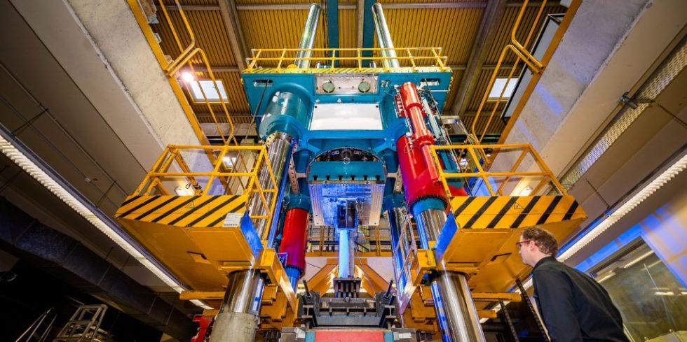 Neue Verbundkonstruktionen mit Hochleistungswerkstoffen werden in einer Versuchhalle der RUB geprüft. Foto: Damian Gorczany