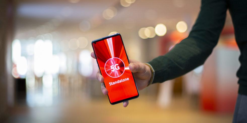Hand hält Smartphone Vodafone Screen