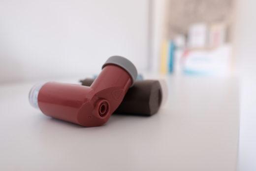 Inhalatives Glucocorticoid: Viele Asthma-Patienten erhalten derartige Sprays. Foto: Peter Sieben