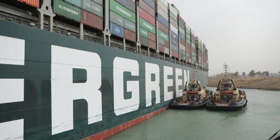 Die Ever Given hatte eine Woche lang den Suezkanal blockiert - und für SChlagzeilen gesorgt. Grund genug für die Tagesschau, einen Aprilscherz daraus zu basteln. Foto: Suez Canal authority