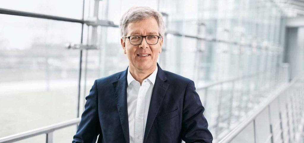 Festo Technik-Vorstand Dr. Frank Melzer übergibt nach zwei Jahren Amtszeit seinen Vorsitz des Lenkungskreises der Plattform Industrie 4.0. an seinen Nachfolger. Foto: Festo SE & Co. KG
