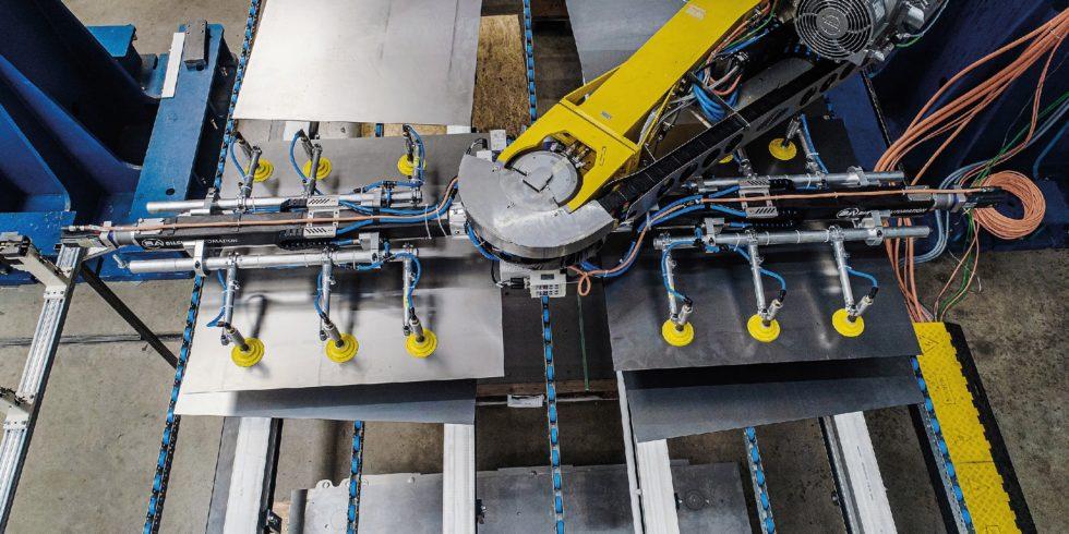 Der FeederPlus 6neo transportiert pro Minute bis zu 16 umgeformte Bleche für Fahrzeugkarossen von einer Presse zur nächsten. Bild: Strothmann Machines & Handling