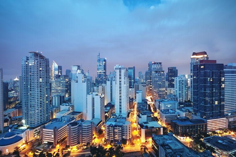 Geschäftsviertel von Manila mit Wolkenkratzern