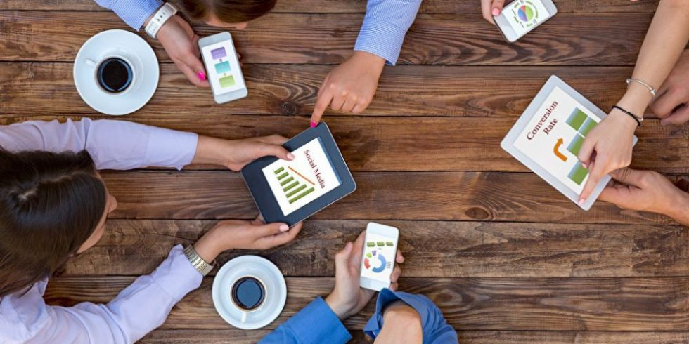 Auch die Vertriebswege und der Kundendialog ändern sich in einer digitalen Welt. Neben der weiterhin relevanten persönlichen Kundenansprache spielt die Marktkommunikation via Social-Media-Kanälen und Online-Medien eine zunehmend wichtigere Rolle. Bild: PantherMedia/AlexBrylov