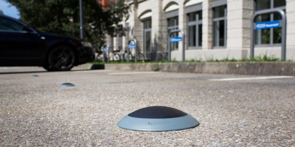 Die im Boden verbauten Sensoren melden via LoRaWAN-Funktechnologie an das Backend-System, ob E-Ladeplätze belegt sind. Bild: Bosch Connected Devices and Solutions