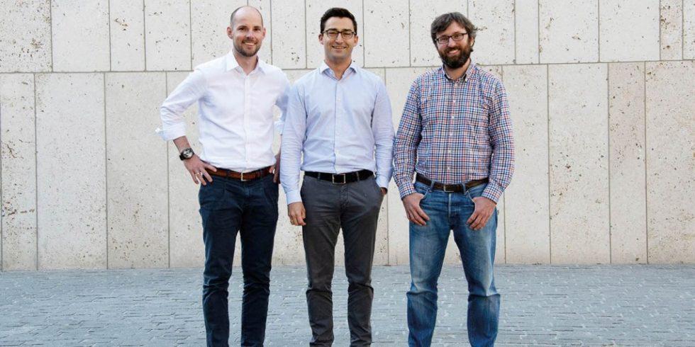 Dr. Johannes Schmalz (links) und Dr. Markus Westermeier (Mitte) entwickelten die Idee zu Spanflug während ihrer Promotion am iwb (Institut für Werkzeugmaschinen und Betriebswissenschaften) der Technischen Universität München und gründeten das Unternehmen im Januar 2018 gemeinsam mit Dr. Adrian Lewis (rechts). Foto: Spanflug