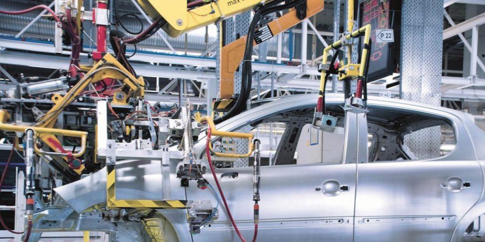 """Produktion von Automobilen: """" leanPositioning""""-Systeme erlauben hier zum Beispiel die flexible Fertigung unterschiedlichster Karosserie-Varianten auf nur einer Linie. Foto: Maroš Markovič/AdobeStock"""