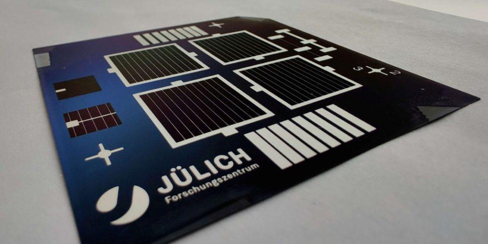 Prototyp der fertigen Solarzellen in Laborgröße. Auf dem Siliziumwafer sind vier jeweils vier Quadratzentimeter große Solarzellen zu sehen, die jeweils mit siebgedruckten Silberkontakten kontaktiert und eingerahmt sind. Bild: Forschungszentrum Jülich