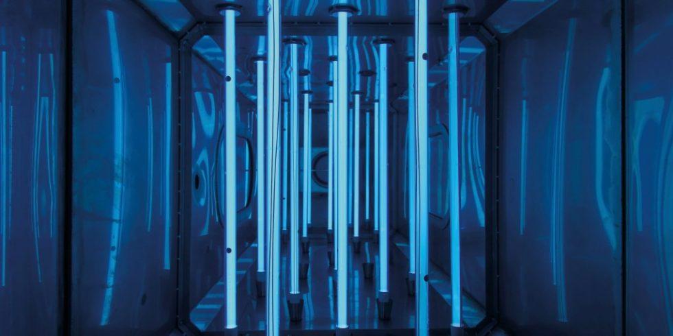 Innenansicht eines UV-Reaktors, der die Abluft aus einem Biomembranreaktor zur Abwasserbehandlung desinfiziert. Stündlich strömen rund 1000m3 Abgas an den UV-Lampen vorbei.Bild: uviblox