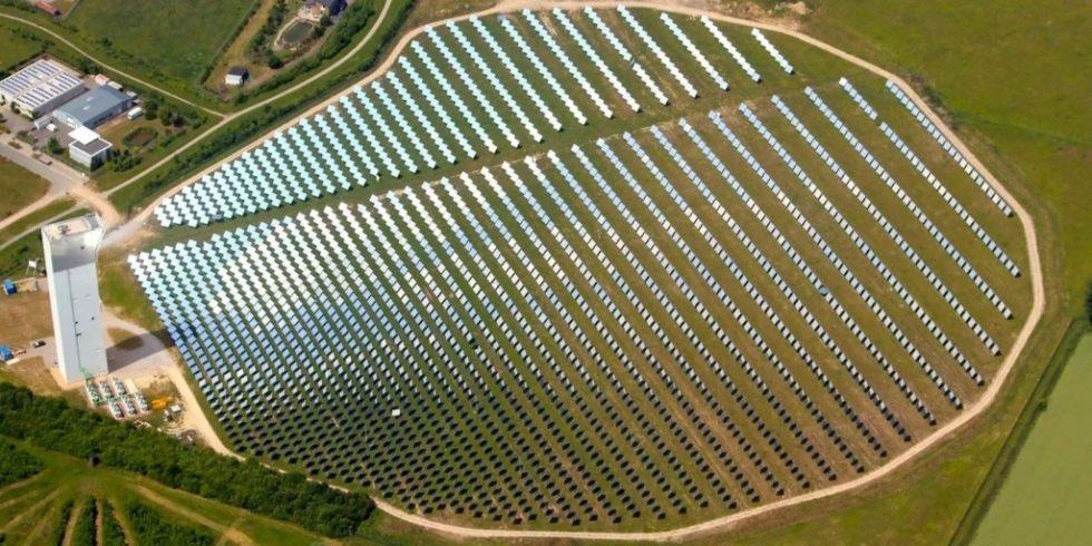 Blick aus der Luft auf die 2 153 beweglichen Spiegel des Solarturmkraftwerks in Jülich. Es ist eine entscheidende Komponente, um Sonnenenergie in Form von Schwefel zu speichern. Bild: DLR