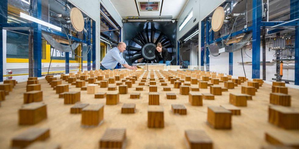 Im Bochumer Grenzschichtwindkanal finden Vorbereitungen zum nächsten Test eines Windkanalmodells statt. Foto: Damian Gorczany