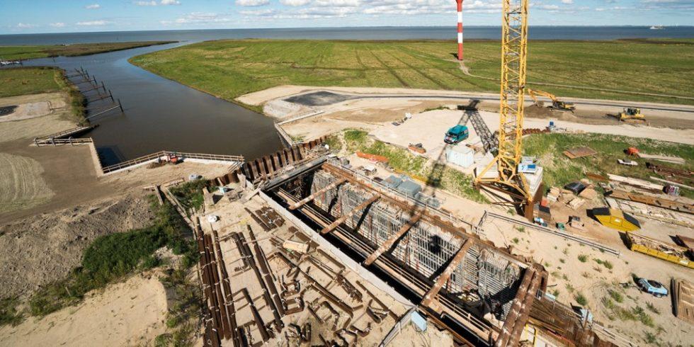Die Hadelner Kanalschleuse ist gegenwärtig die größte Küstenschutzbaumaßnahme in Niedersachsen. Foto: NOE-Schaltechnik