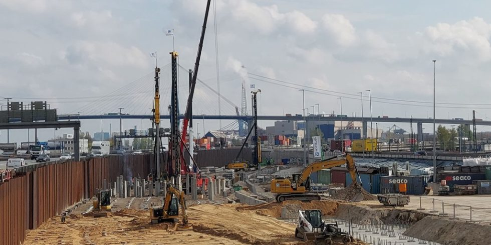 Fertigteilrammpfähle sorgen für einen sicheren Untergrund in der Elbmarsch beim Neubau des Hochrampenbauwerks K30. Foto: Rainer Scharrel