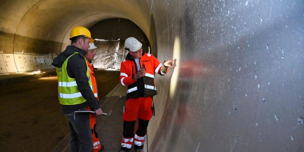 Die flächendeckende Beschichtung des Augbergtunnels wird überprüft. Foto: Sika Deutschland GmbH