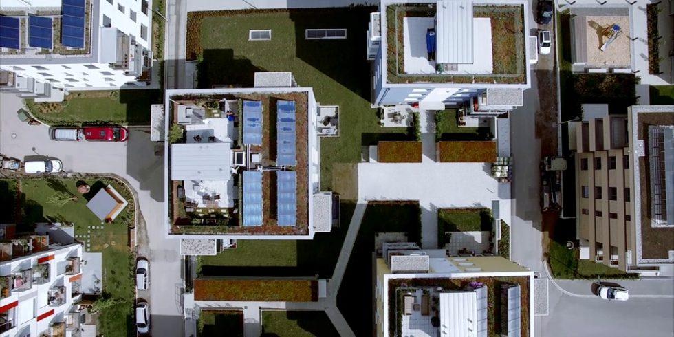 So könnte eine nachhaltige Wärmewende gelingen: Im Freiburger Quartier Gutleutmatten wurden dezentrale Solarthermie-Anlagen in ein Nahwärmenetz eingebunden. Foto: Fraunhofer ISE
