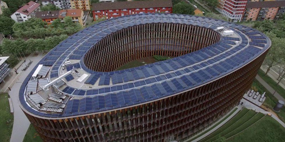 Das Dach sowie die Fassade des Rathaus im Stühlinger werden aktiv zur Energiegewinnung genutzt. Foto: Fraunhofer ISE