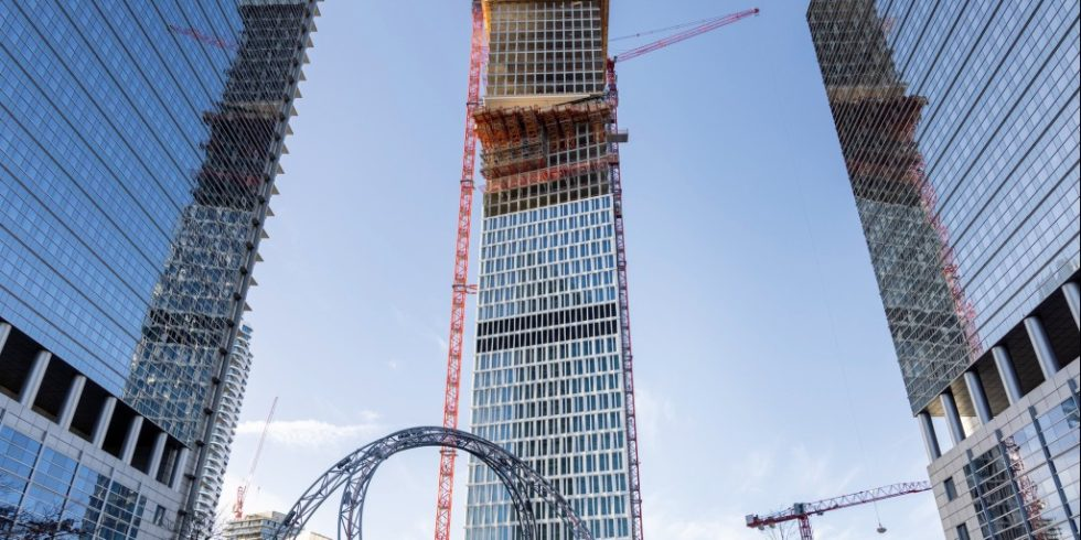 Baustellenbegehung in Frankfurts neuem Vorzeigeprojekt: Das Büro- und Hotelhochhaus One (im Bild der Baufortschritt im März2021) soll eine neue Landmarke werden. Foto: CAImmo