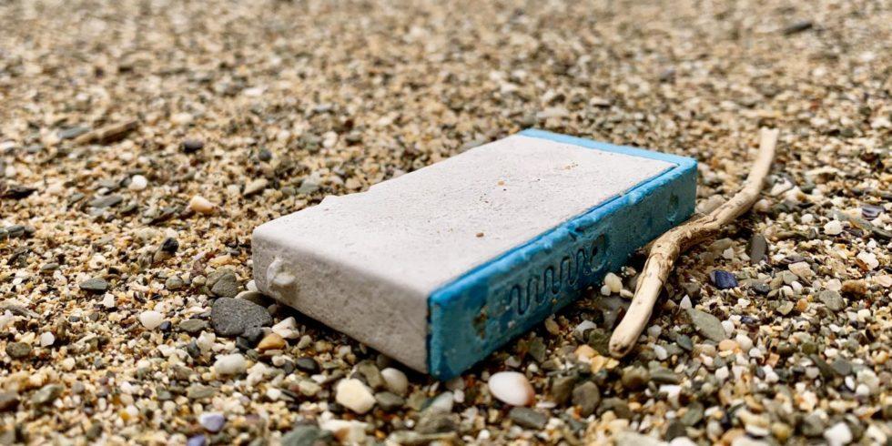 Eine Tintenpatrone wurde an einem Strand in Cornwall angespült und von Social Media-Nutzern gemeldet. Forscher können daraus ermitteln, welche Wege Kunststoffmüll zurücklegt. Foto: Tracey Williams, Lost at Sea Project