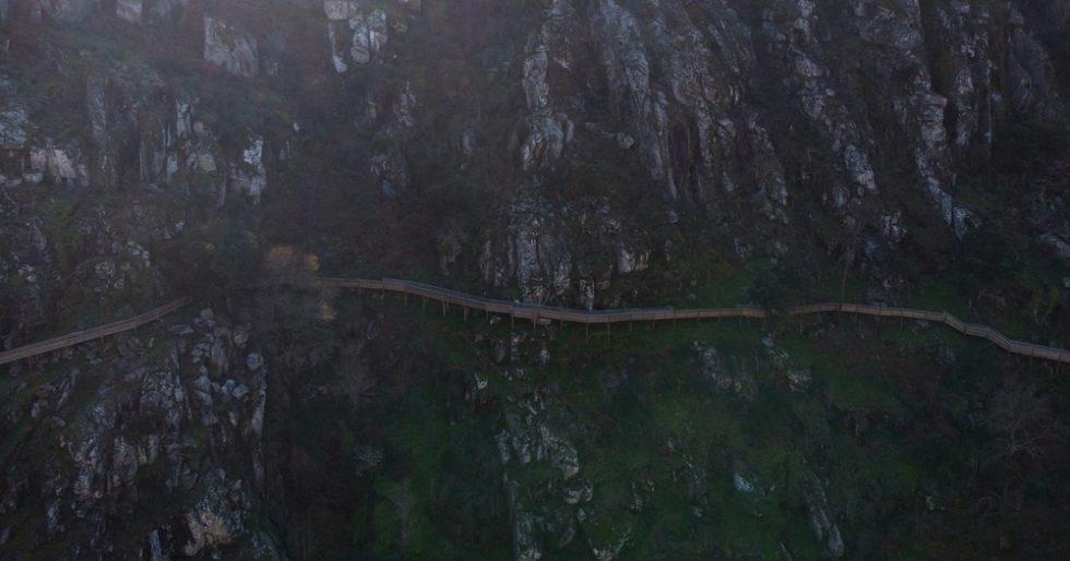 Luftpanorama von der Holzstegtreppen Treppe des Naturwanderwegs Passadicos do Paiva.