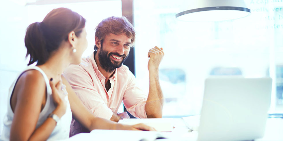 Neue Kolleginnen und Kollegen kennenlernen, Abläufe verstehen, erste eigene Entscheidungen treffen: Der Start in den neuen Job ist eine Herausforderung.   Foto: panthermedia.net/GaudiLab