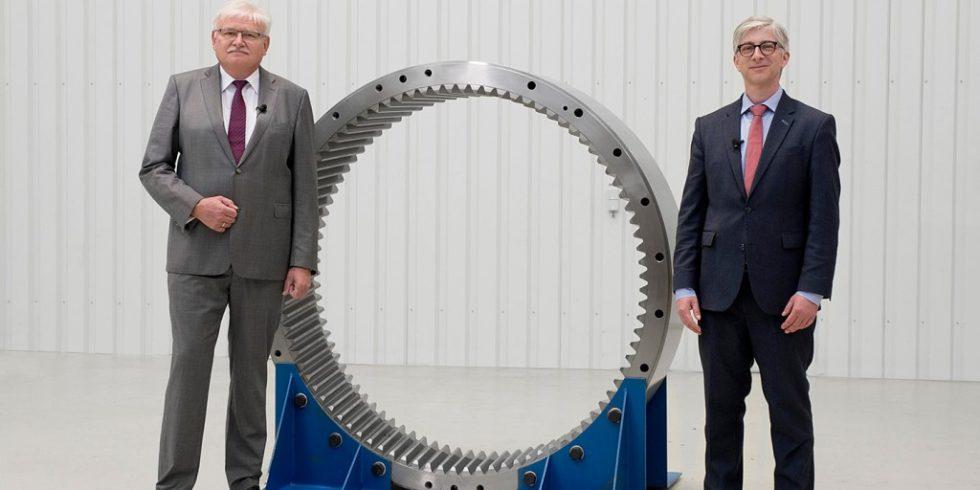 """Dr. Hartmuth Müller (links) und Dr. Christof Gorgels (rechts) freuen sich über eine rege Teilnahme an den """"WebSeminaren"""" des Verzahntechnikspezialisten zum Thema Windenergie. Foto: Klingelnberg"""