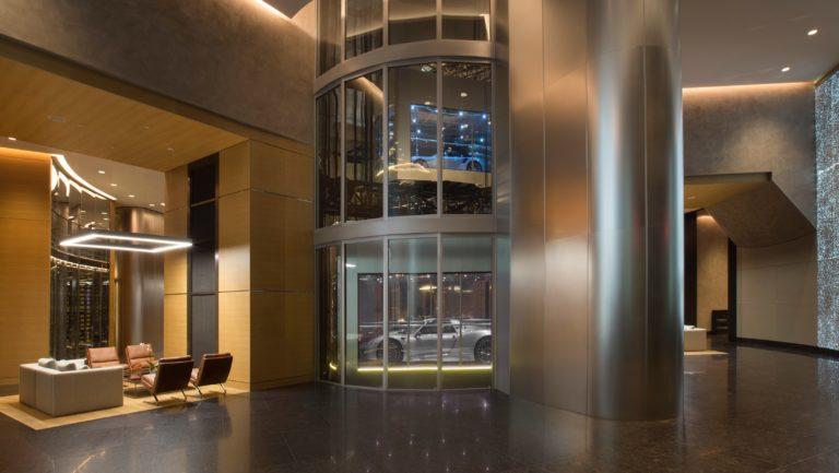 Der spektakuläre Autoaufzug im Porsche Designt Tower in Miami. Foto: Porsche AG