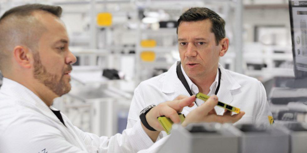 Das Automatisierungsunternehmen Pilz investiert weiter in die Entwicklung neuer Produkte sowie die Aus- und Weiterbildung. Bild: Pilz GmbH & Co. KG