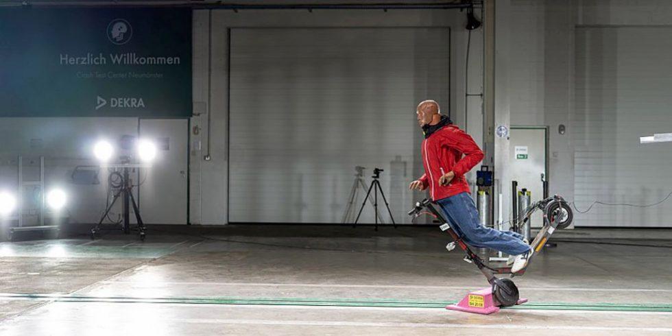 DEKRA Crashtest mit einem E-Scooter: Die klaren Regeln, die in Deutschland gelten, sind sinnvoll, werden aber von zu vielen Nutzern – aus Unkenntnis oder mit Absicht – missachtet. Quelle: DEKRA e.V.