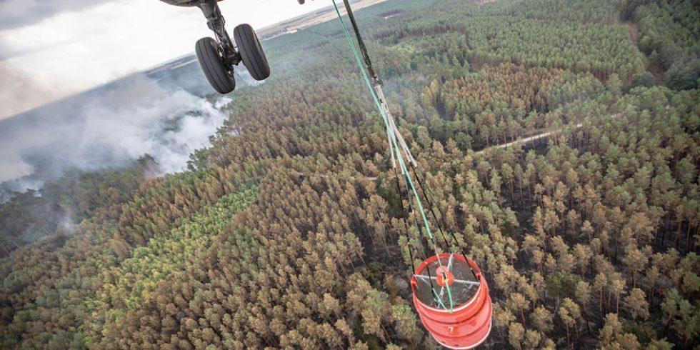 Das Hubschraubergeschwader 64 aus Holzdorf leistet Amtshilfe und unterstützt mit einem Transporthubschrauber CH-53GA die Löscharbeiten eines Waldbrandes nahe Treuenbrietzen in Brandenburg, am 24.08.2018.Foto: Bundeswehr/Heyn