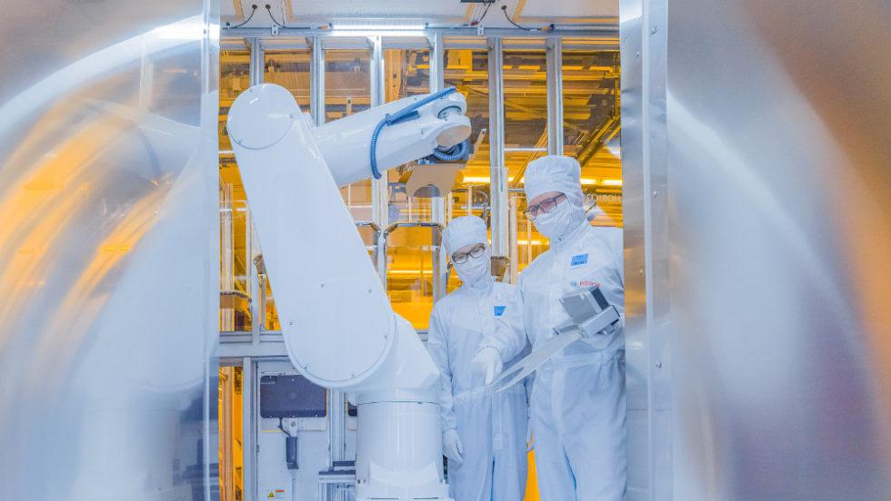 Industrieroboter in der Chipfabrik von Bosch