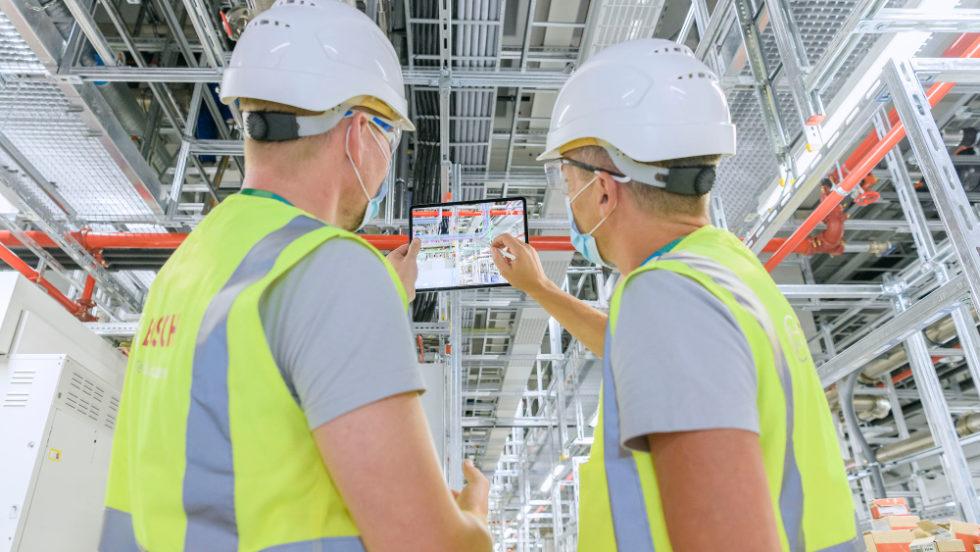Männer mit Tablet in Chipfabrik von Bosch