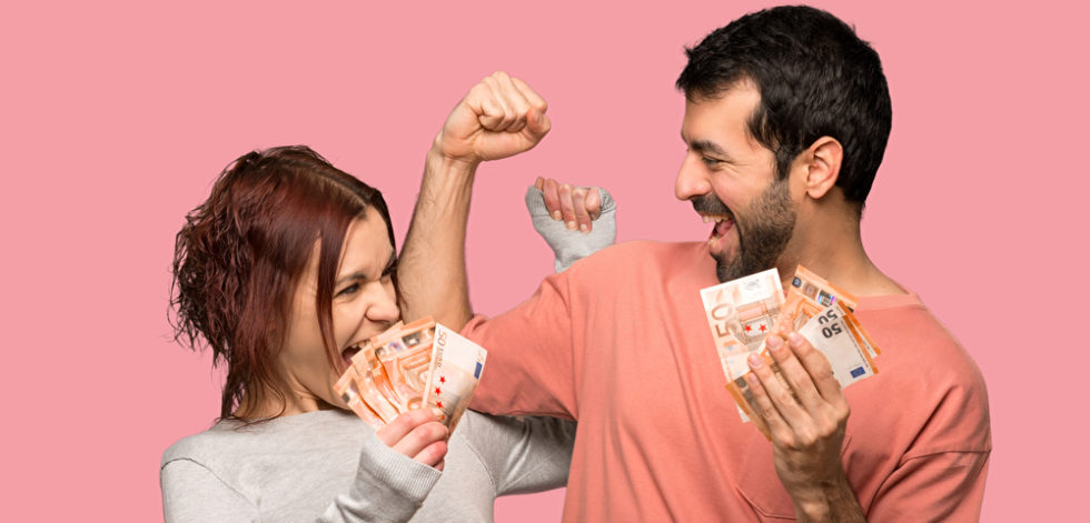Frau und Mann freuen sich über erstes Gehalt