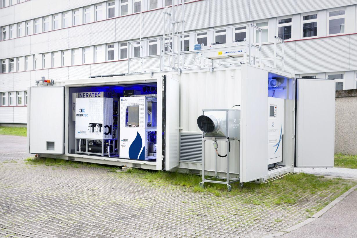 Weltweit erste integrierte Power-to-Liquid (PtL) Versuchsanlage zur Synthese von Kraftstoffen aus dem Kohlendioxid der Luft. Foto: Patrick Langer, KIT