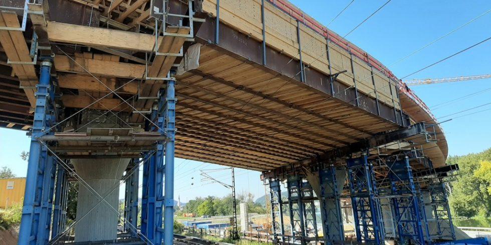 In Vilshofen verläuft die neue Ortumgehung über eine leicht geschwungene Brückenkonstruktion. Foto: thyssenkrupp Infrastructure