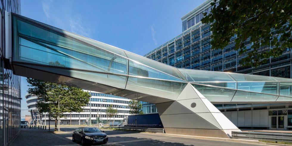 Die 35 Meter lange Capricorn Brücke verbindet im Düsseldorfer Medienhafen zwei Gebäude. Foto: HG Esch