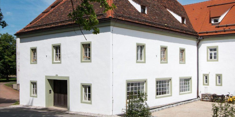 Die verschiedenen Fenstertypen prägen die Fassade der Alten Schäfflerei in Benediktbeuern. Jetzt wurden sie denkmalgerecht und energetisch saniert. Foto: Fraunhofer IBP