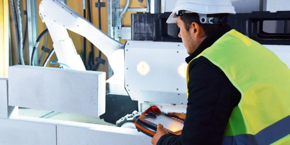 Der Bauroboter arbeitet mit dem Baustellenteam zusammen. Foto: PrintStones GmbH