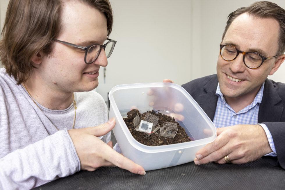 Xavier Aeby und Gustav Nyström halten Box mit Kondensator