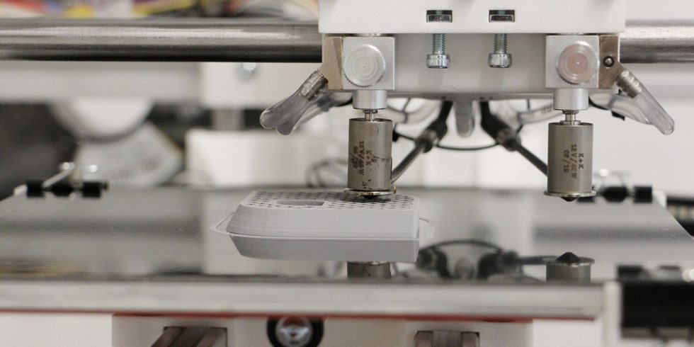 """Beim 3D-Druck-Verfahren """"Fused Deposition Modeling"""" (FDM) werden Kunststoffbauteile Schicht für Schicht aufgebaut. Geeignete Fügetechnik wie das Laserdurchstrahlschweißen kann die Anwendungsmöglichkeiten der Bauteile erweitern. Foto: IPH"""