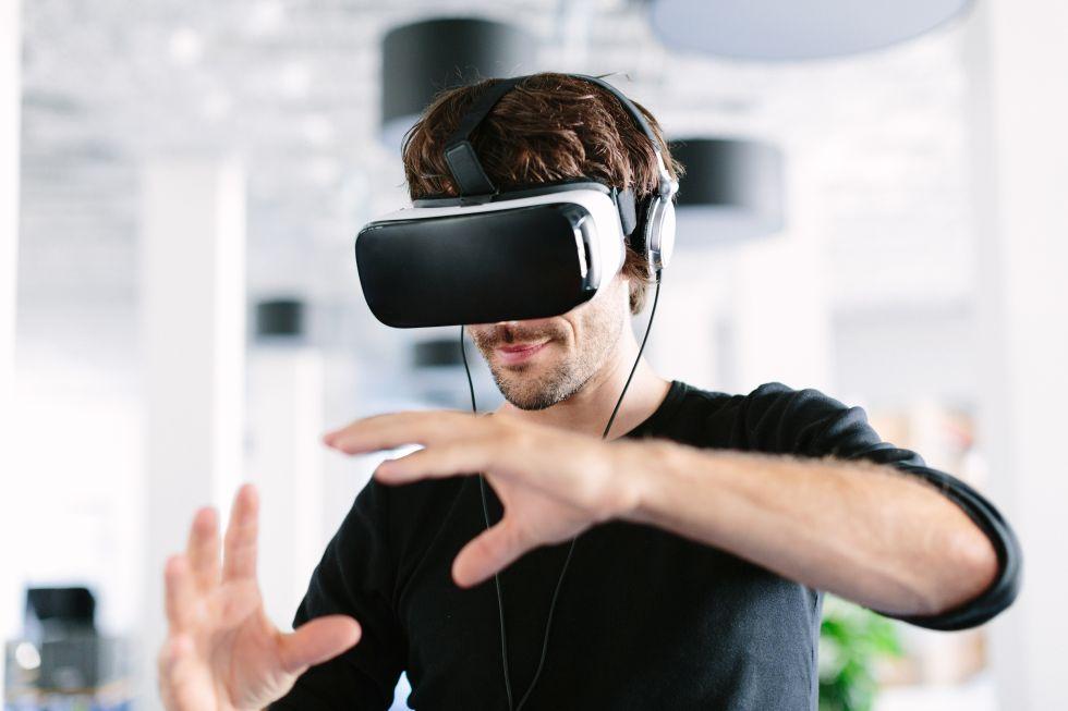 Kundenspezifische Produkte werden inzwischen sehr oft durch vorherige Virtuelle Absicherung auf Basis des Digital Twins auf deren gewünschte Eigenschaften hin überprüft – hier unterstützt durch den Einsatz von Virtual Reality. Foto: alvarez